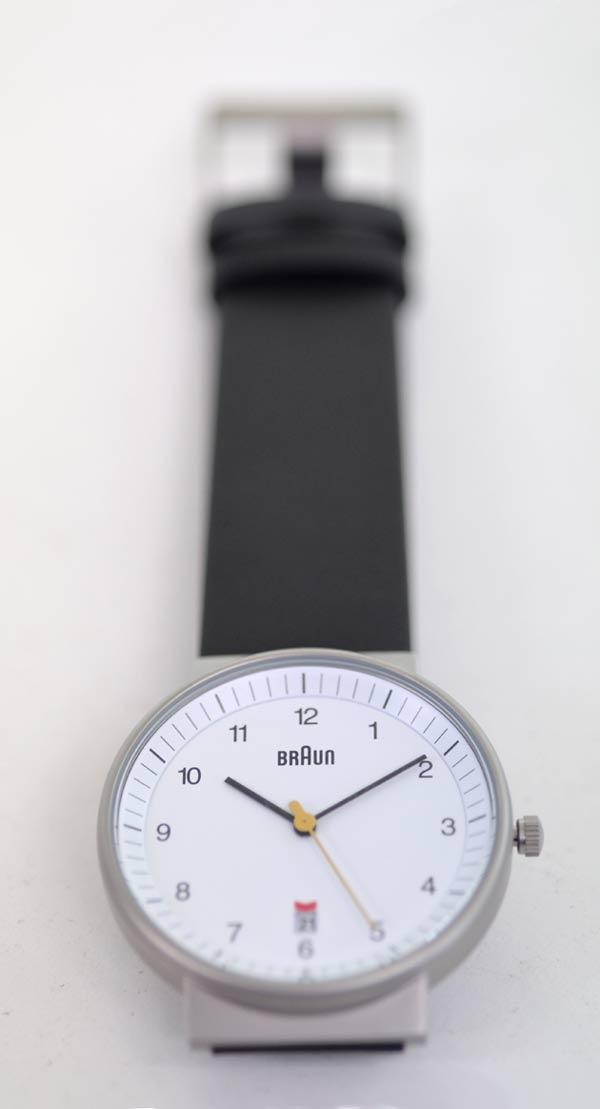 ブラウンの時計_白