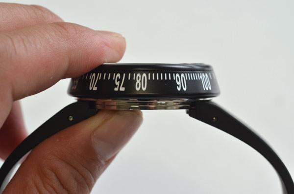 イッセイミヤケの時計トラペゾイドの断面の写真