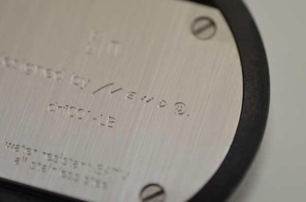 nendoバイエヌの時計の裏蓋にサイン