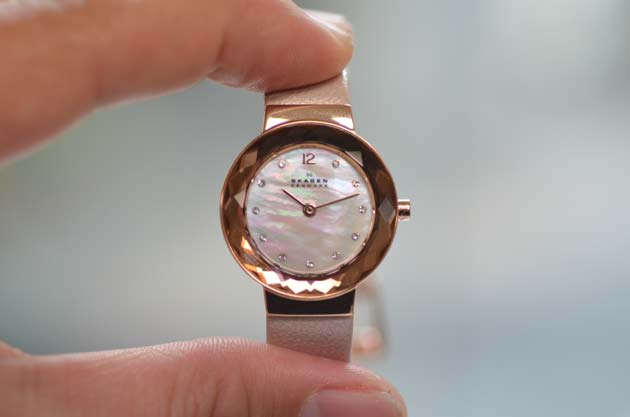 スカーゲンのレディースお勧めピンクの革ベルト時計