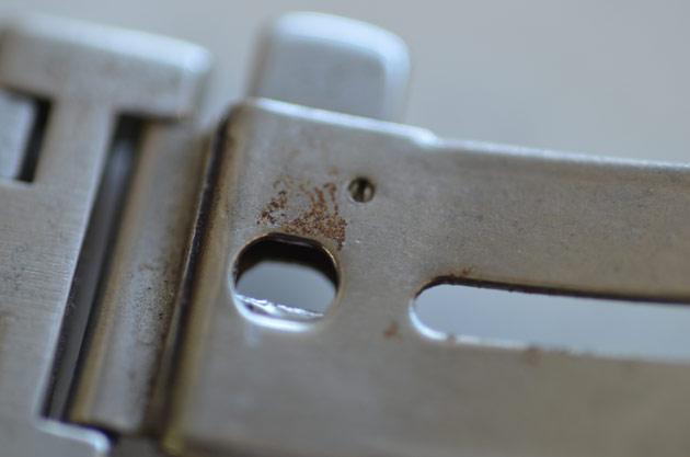 金属ベルトの留め金部分の錆