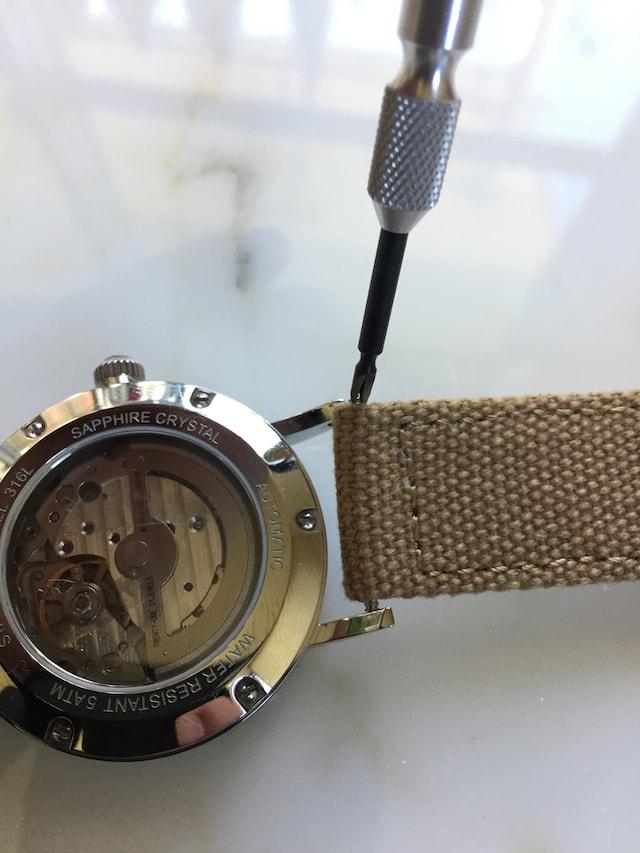 ルノータスの時計ベルトの外し方