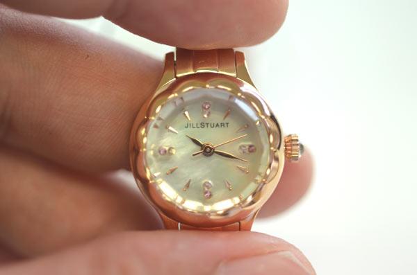 ジルスチュアートの時計フラワーリングのアップの写真