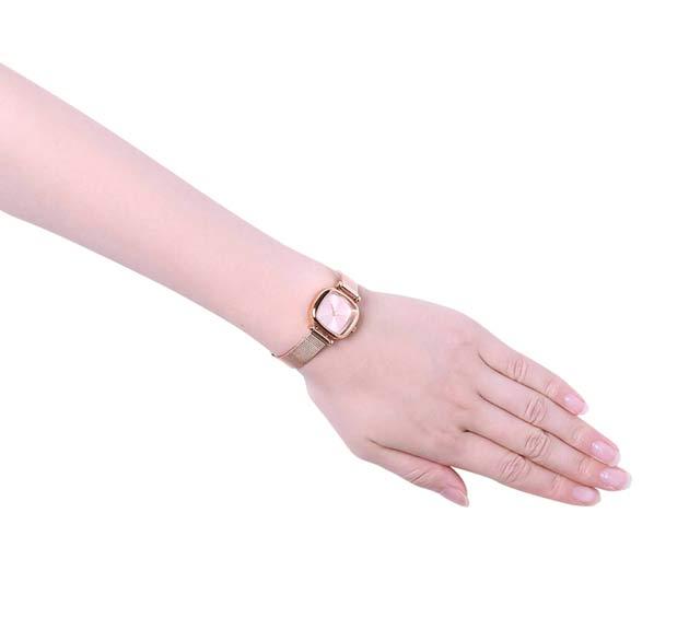 コモノの時計マネーペニーロイアルつけた写真