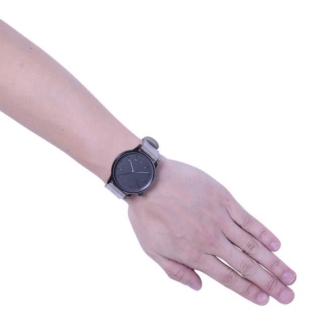 コモノの時計ウィンストンをつけた写真