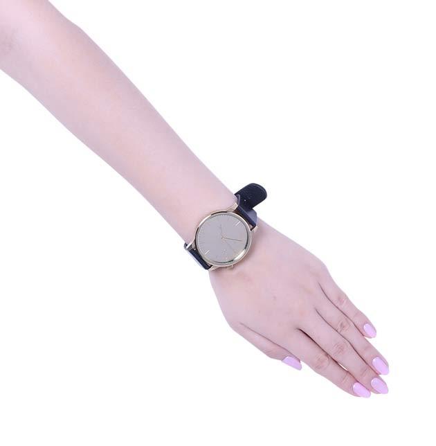 コモノの腕時計ゴールド着けている写真