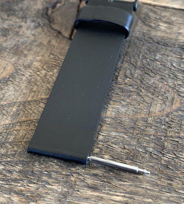 時計のベルトからバネ棒を抜く