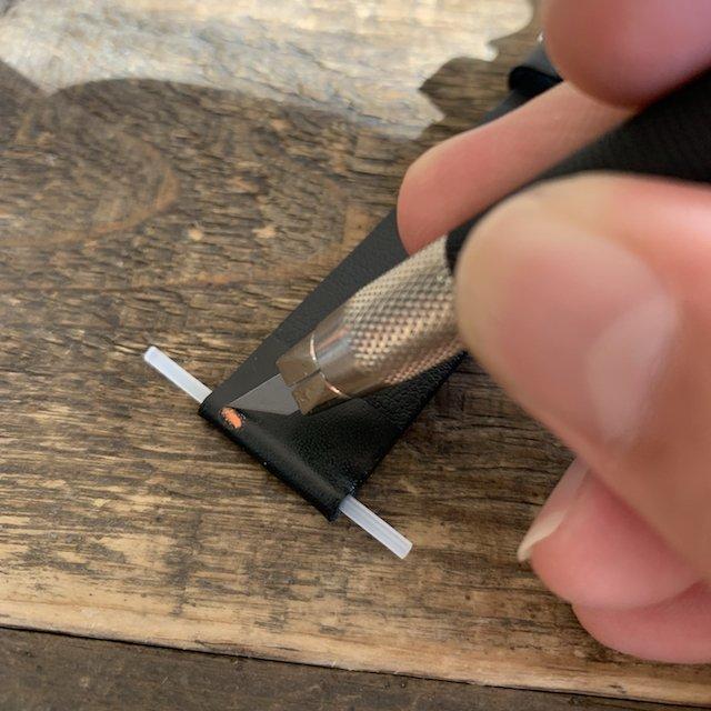 時計のベルトをイージークリック式にカッターで改造する方法