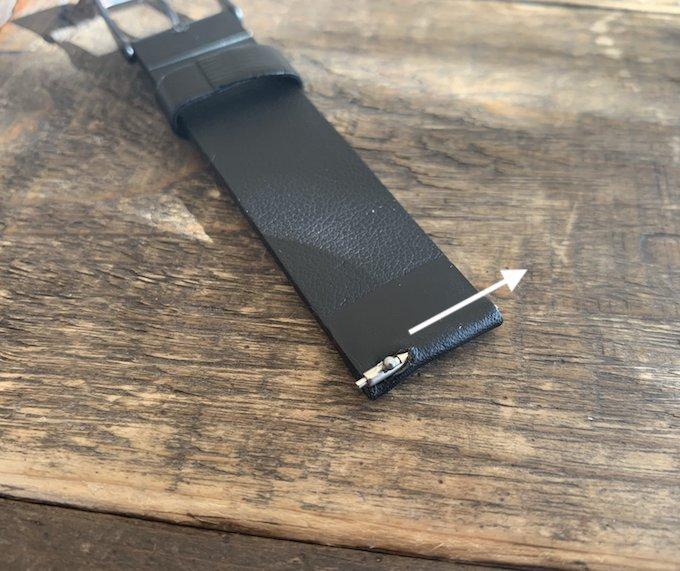 時計のベルトのイージークイックの取り外し方法、バネ棒の長いほうから入れる