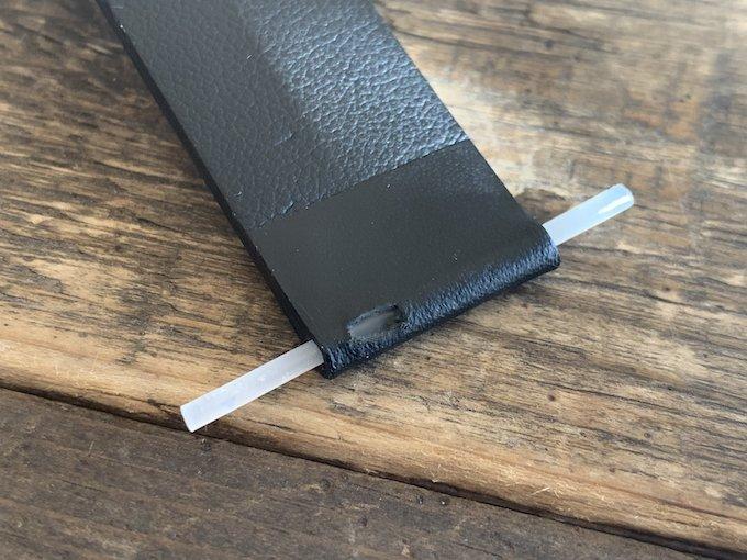 イージークイックのバネ棒を取り付ける為の穴