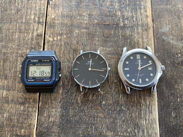 時計の裏蓋の種類、防水ねじ込み式裏蓋スクリーバーックと、ダニエルウェリントンこじ開け裏蓋とチープカシオねじ式の裏蓋