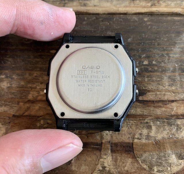 チープカシオの電池交換裏蓋外しネジを外します。