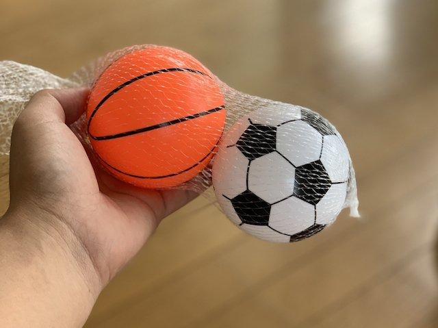100均で百円で買ったバスケットとゴムボールとサッカーのゴムボール