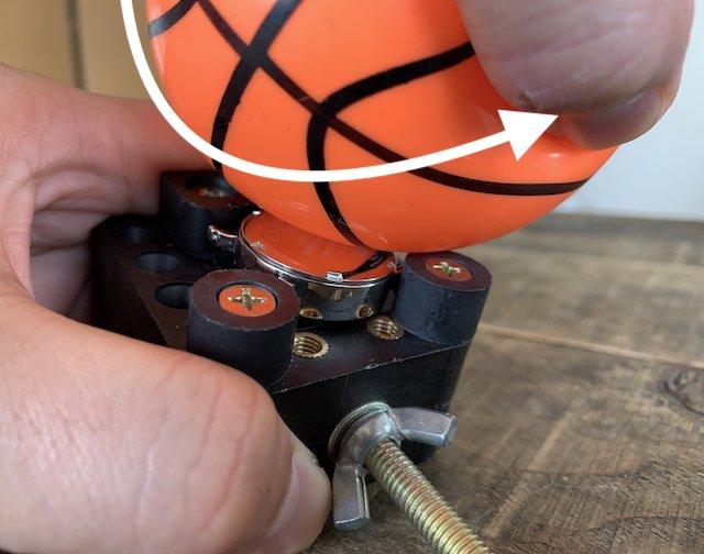 ゴムボールでスクリューバックの裏蓋を開ける