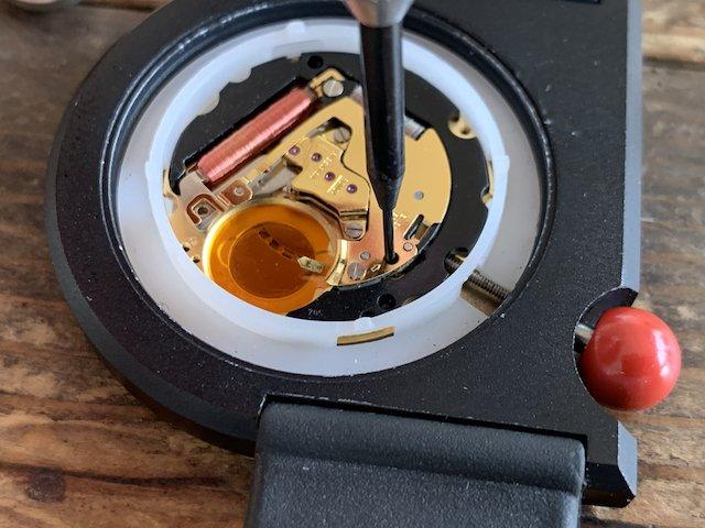 リューズの抜き方は?オシドリを押して巻き芯を外しすことはできるの?