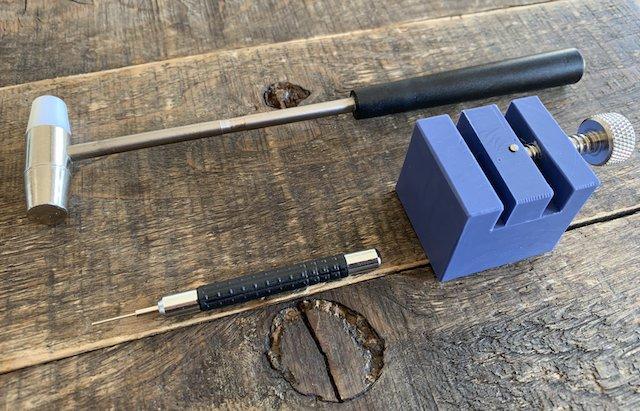 メタルベルトの調節をする道具。ピン抜き棒、ハンマー、固定台