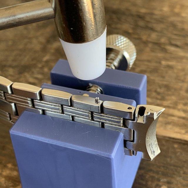 ピンを抜き時計の金属ベルトを調整するコマ詰め方法(Cリングと割れピン)