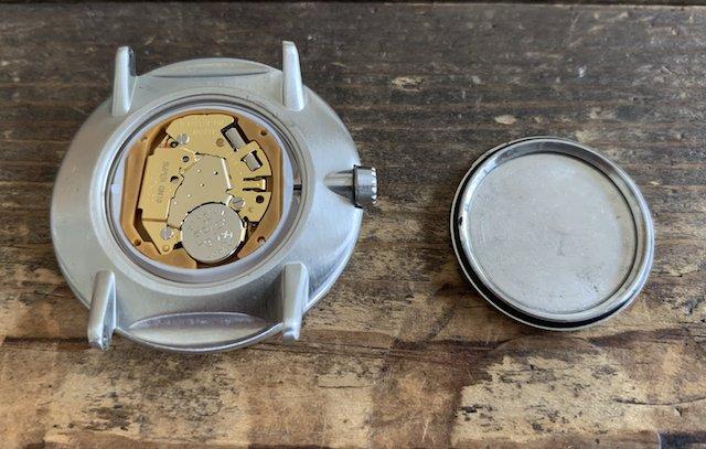 はめ込み式の時計の裏蓋を開ける