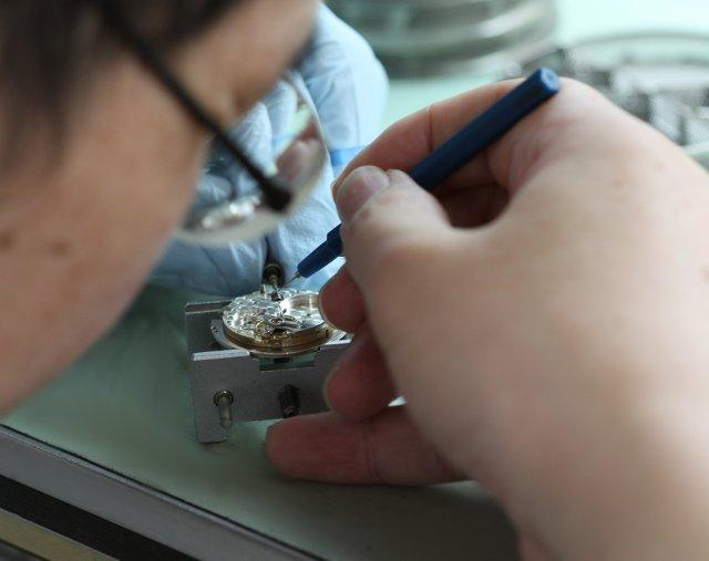 時計職人指サックをしてBERGEONベルジョンの機械代で油の注油