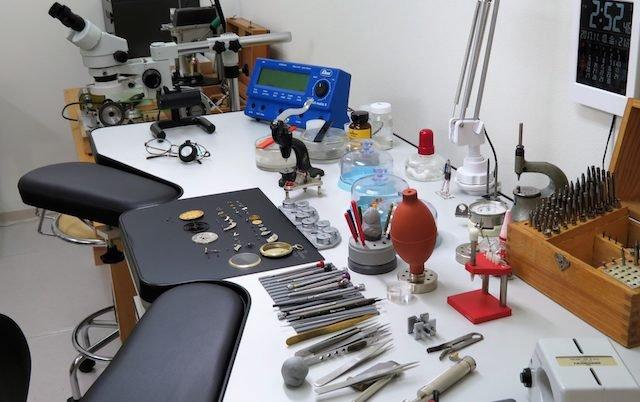 時計の修理に必要な道具や作業机