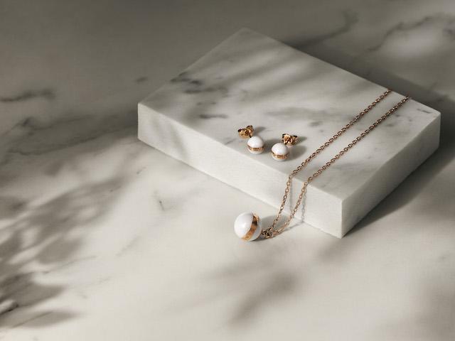 ダニエルウェリントンのAspiration Collection 白い球体のピアスとネックレス