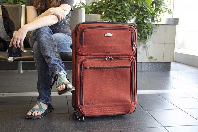 空港と赤いキァリーバック